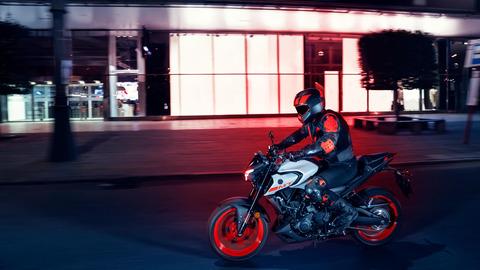 2020-Yamaha-MT320-EU-Ice_Fluo-Action-001-03