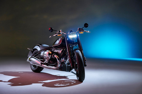 P90386389_highRes_the-bmw-r-18-first-e