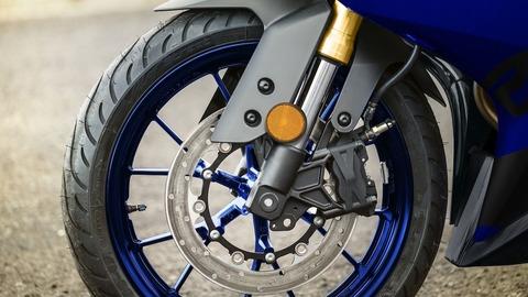 2018-Yamaha-YZF-R125-EU-Yamaha_Blue-Detail-005-03_Tablet